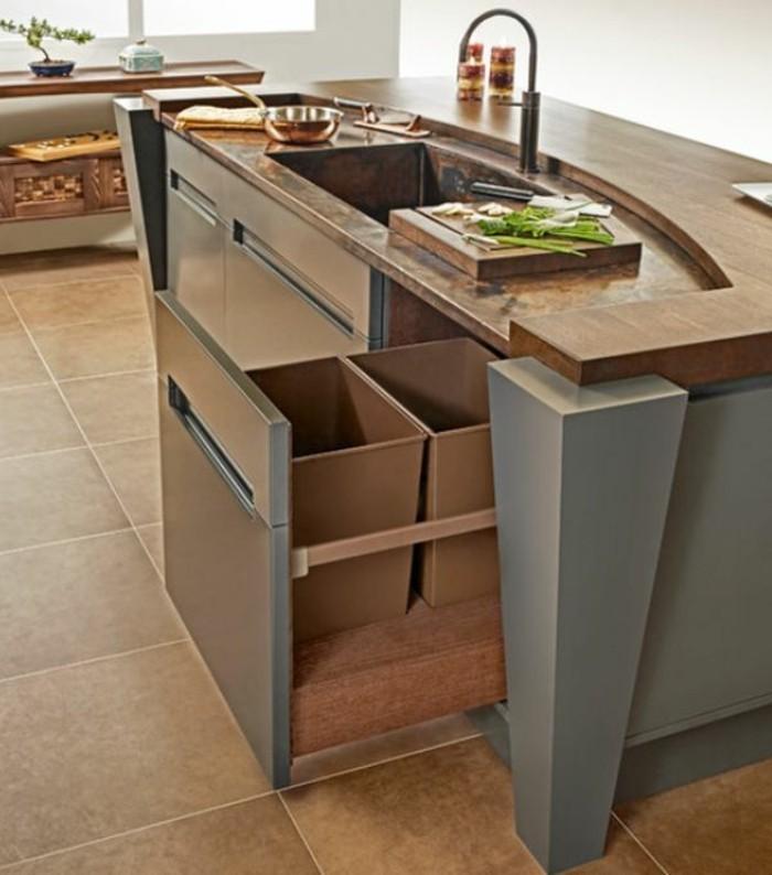 10-qm-zimmer-einrichten-küchenschrank-mülleimer-kochinsel-bodenfliesen-braun-küche-bonsai