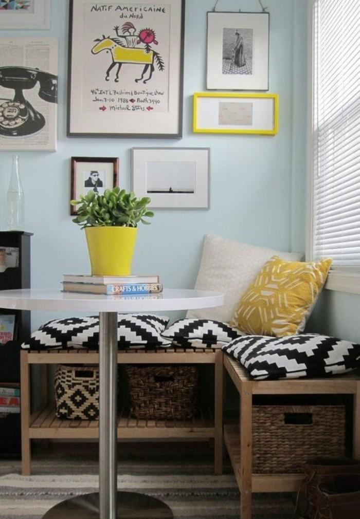 10-qm-zimmer-einrichten-kissen-musterbezug-gelb-schwarz-weiß-weißer-rundtisch-metallbein-teppich