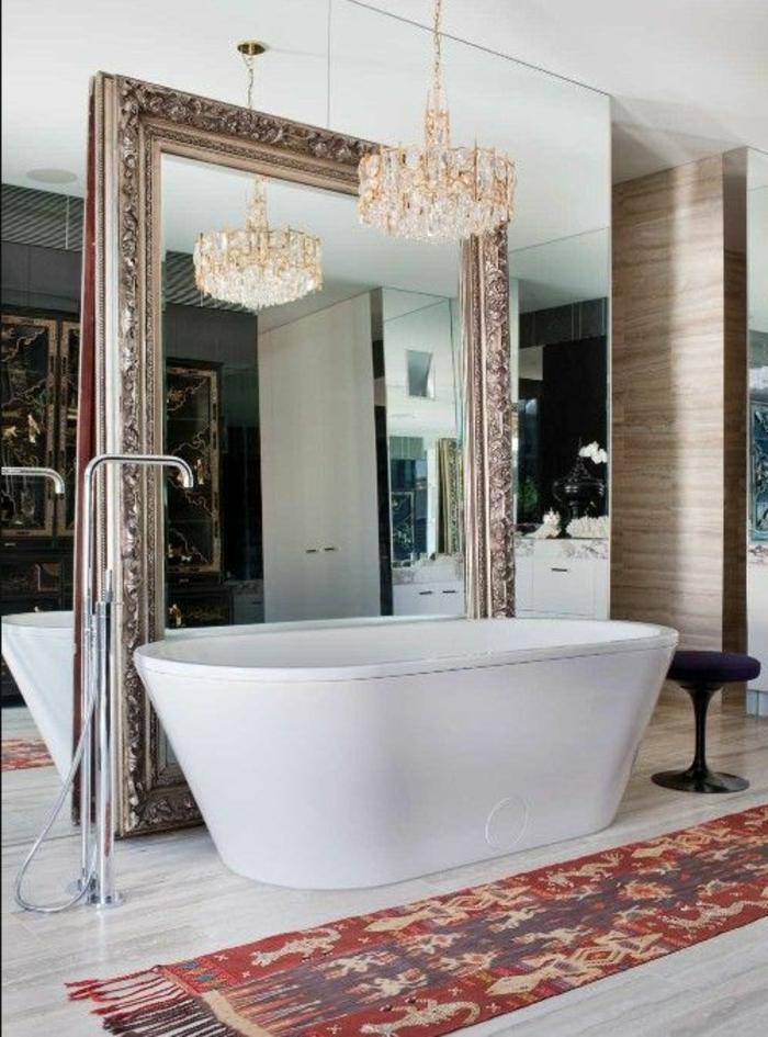 traumbad mit freistehende, ovale badewanne und großem eckigen spiegel