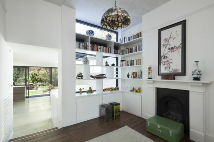 10offene-küche-wohnzimmer-abtrennen-regalraumteiler-wohnzimmer-feuerstelle-offener-kamin-holzboden-dekorative-vase-bücher