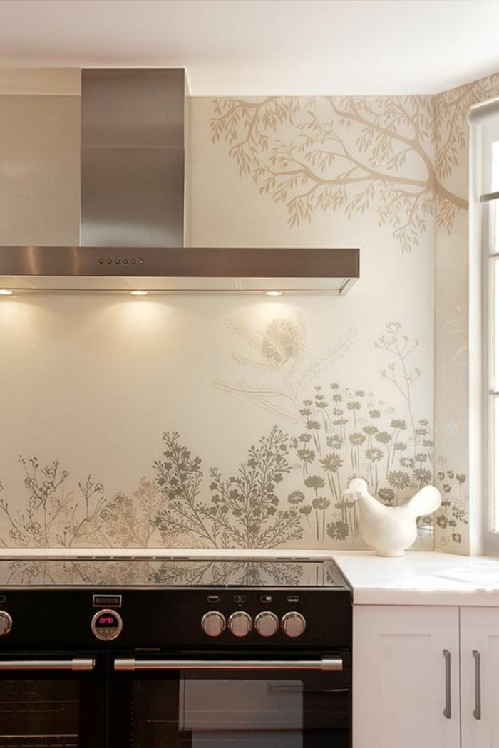 weiße küchenrückwand mit bäumen und pflanzen