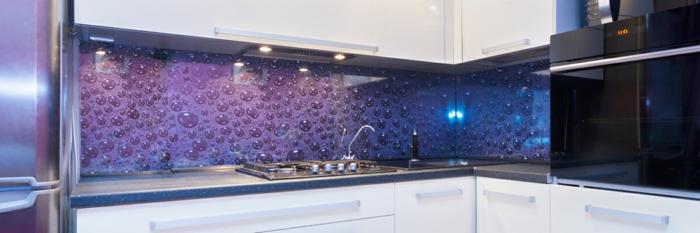 eine moderne lila küchenrückwand mit wassertropfen