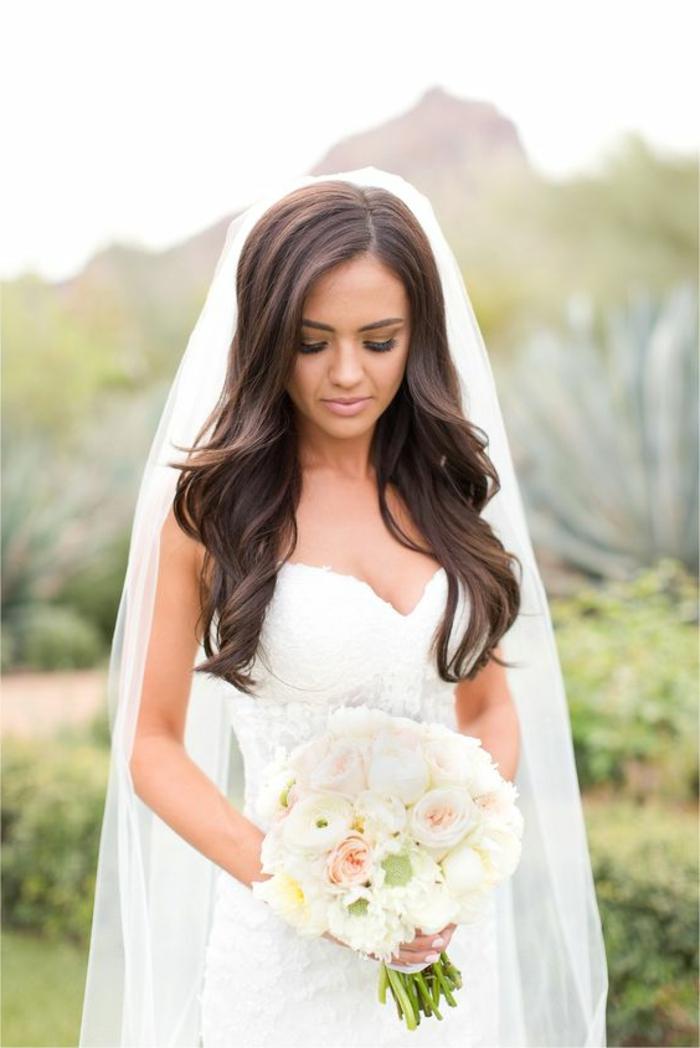 braut mit simplem weißem kleid und blumenstrauß mit rosen