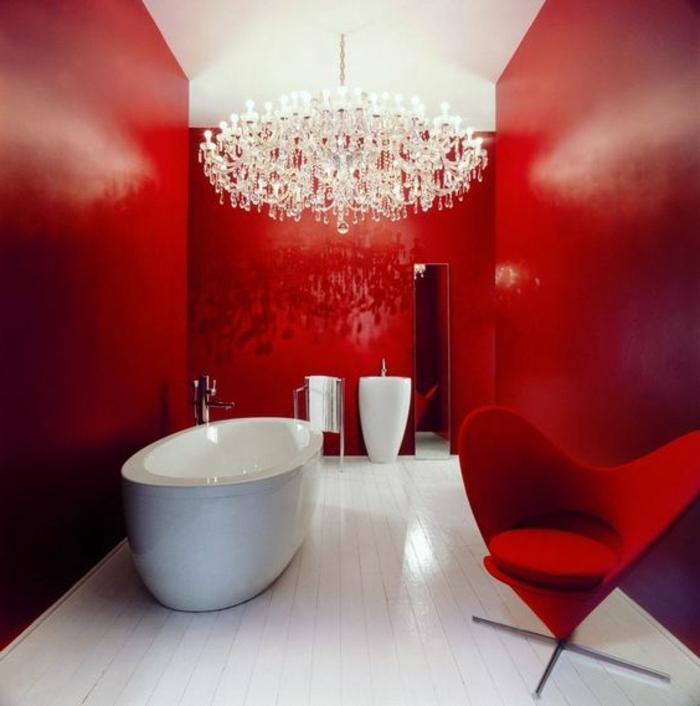 badezimmer gestalten in rot mit großem kronleuchter und ovale badewanne