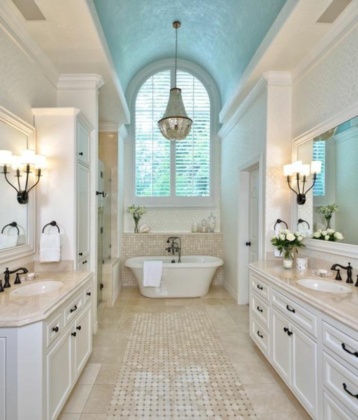 stilvolles badezimmer in weiß und hellbraun