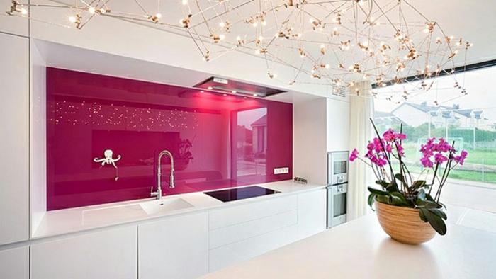 elegante küche mit weißen schränken und einer rosa küchenrückwand