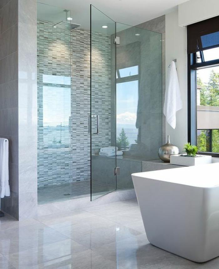 traumbad mit duschkabine und weißer badewanne