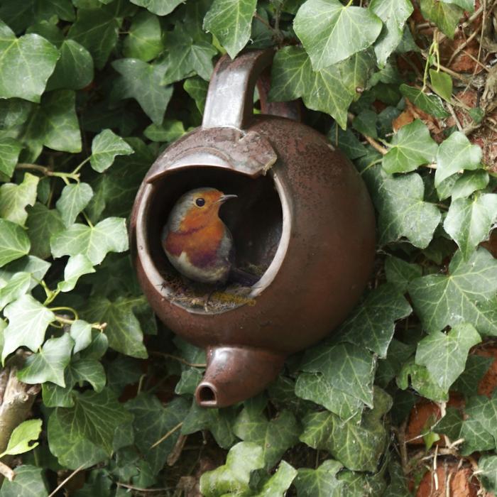 Vogelhaus aus altem Teekessel aus Pozellan
