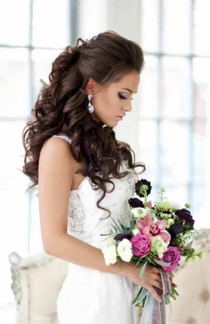 moderne braut mit dunkelbraunen, lockigen haaren und prachtvoller frisur