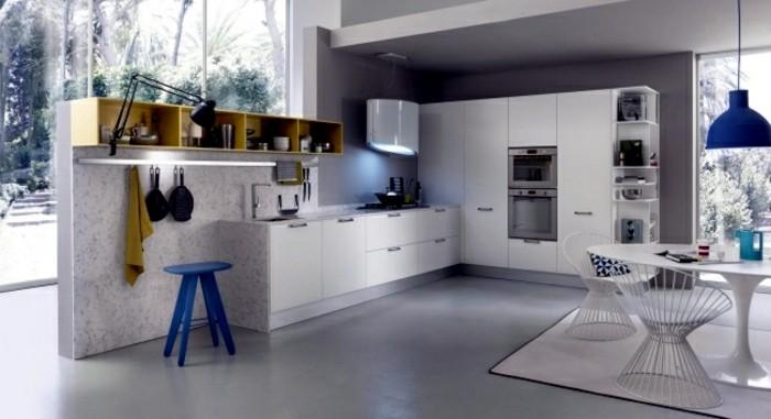 1küche-streichen-graue-wände-grauer-boden-weißer-rundtisch-weißer-teppich-blauer-stuhl-gelbe-regale