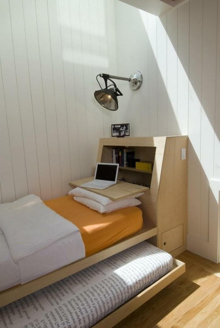 1kleine-räume-geschickt-einrichten-ausziehbares-bett-betttruhe-regale-holzwand-weiß-lampe-industrial-style