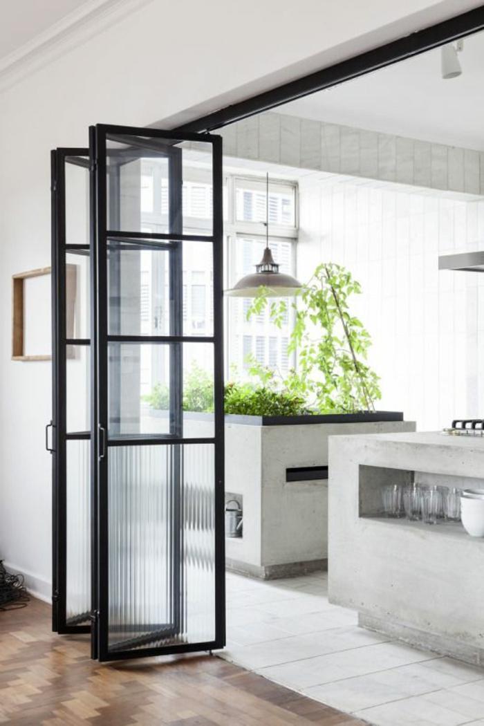 1offene-küche-trennen-harmonikatür-glas-parkett-fliesen-weiß-pflanzen-designer-lampe-gläser