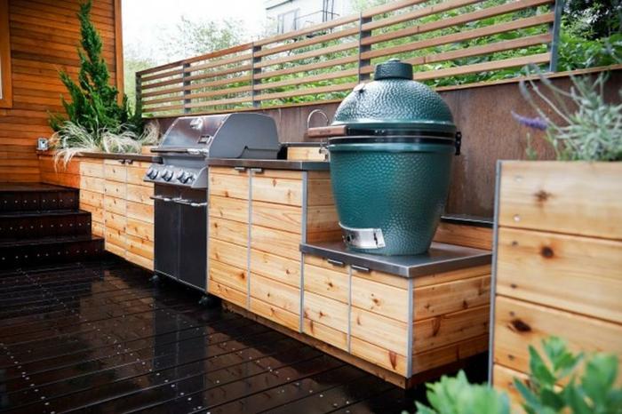 Outdoor Grillküche mit lackiertem Holzboden und Küchenfronten aus Holz