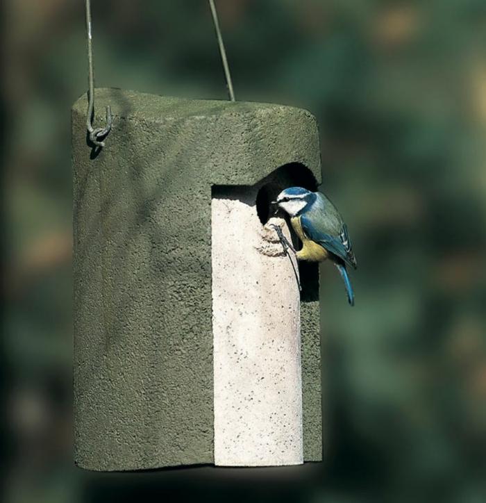 kleines Vogelhaus, hängend in der Luft