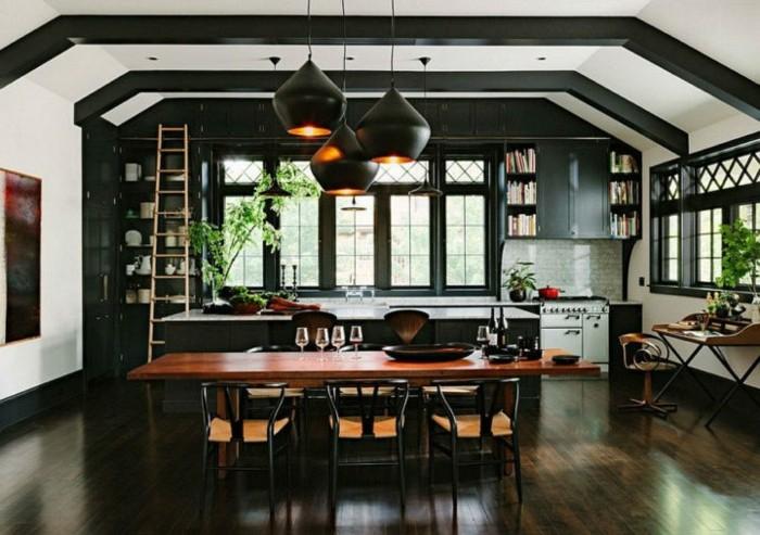 2küche-streichen-weiß-schwarz-schrägdach-parkettboden-regal-mit-leiter-holztisch-dunklem-holz-tischdeko