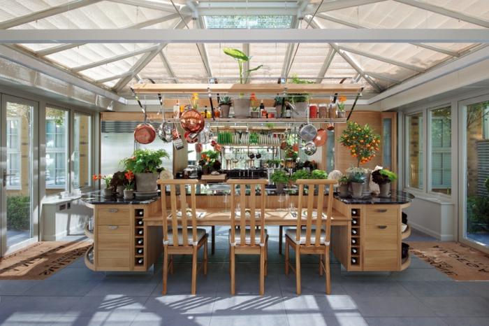 Outdoor Küche mit Holzmöbeln und integrierten Weinregalen