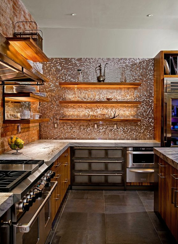 küche in natprfarben mit küchenrückwand mit silbernen mosaikfliesen