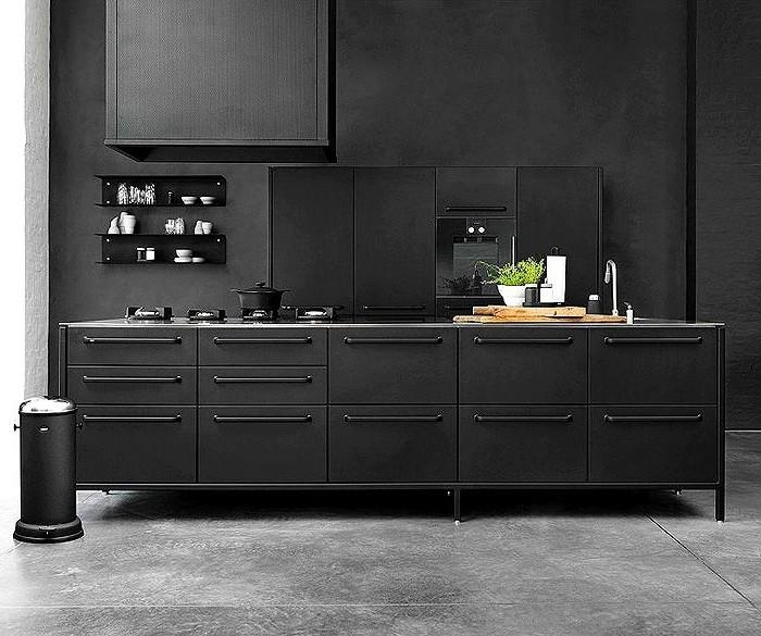 3küche-streichen-wände-streichen-schwarz-küchenschränke-schwarz-boden-grau-schwarzer-kühlschrank