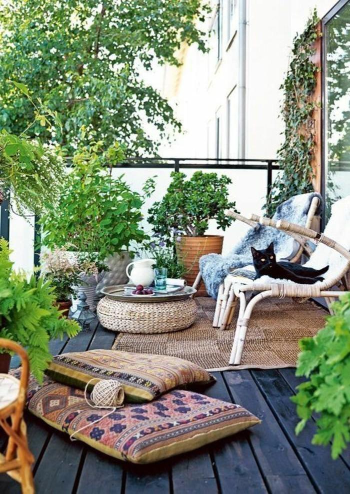 3kleine-räume-geschickt-einrichten-balkon-holzboden-teppich-bunte-kissen-flechtstühle-pflanzen-katze