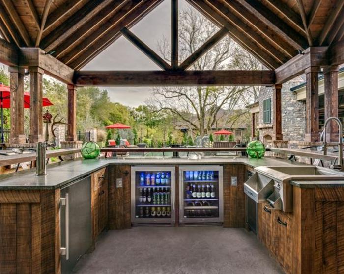 Outdoor Küche mit zweir Kühlschränken für Getränke