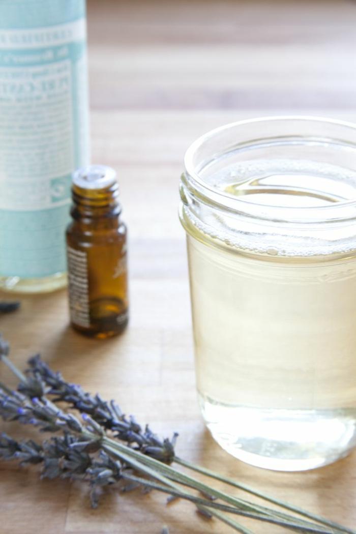 festes Shampoo selber machen: destilliertes Wasser, ätherisches Öl