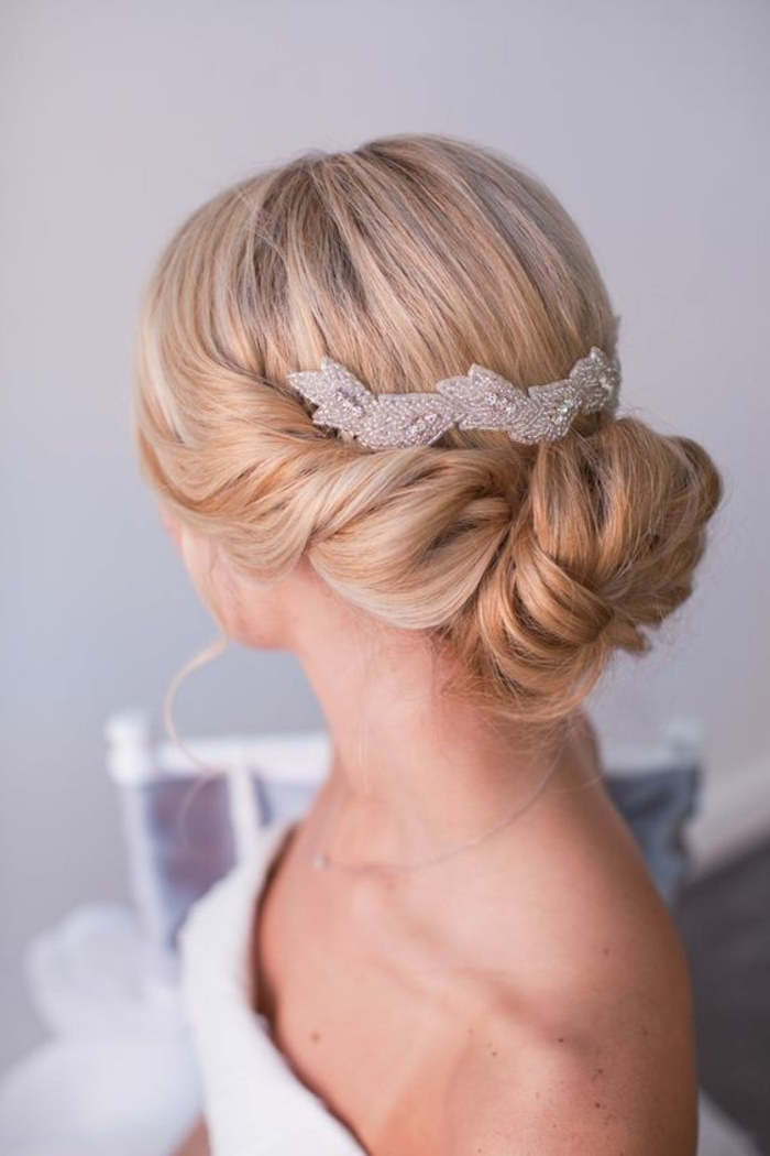 braut mit blonden haaren und fantastischer hochzeitafrisur