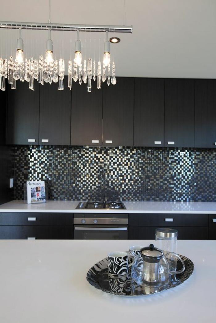 elegante küche in schwarz und weiß mit silbernen mosaikfliesen