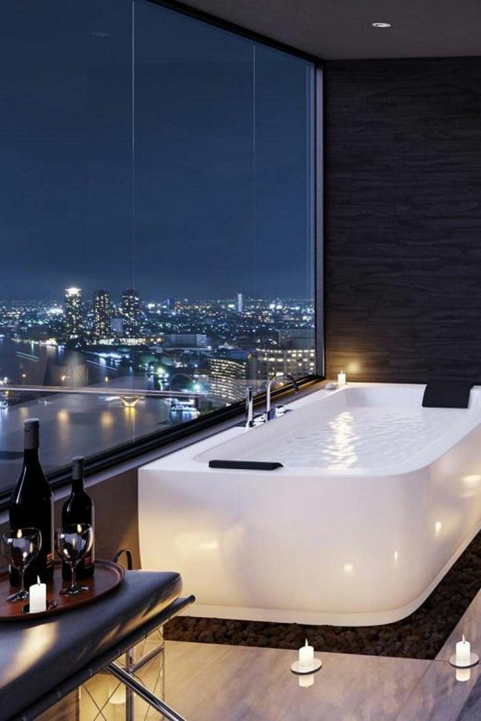 eine traumbad mit weißer badewanne und schönem aussicht
