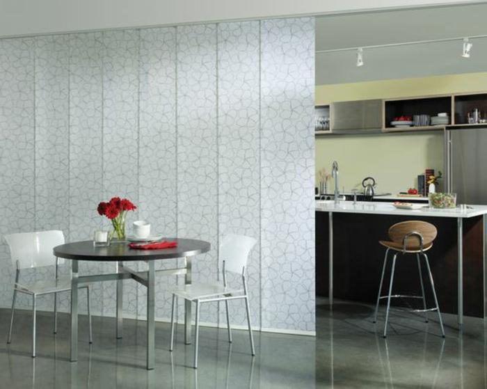 4offene-küche-trennen-plissee-runder-esstisch-rosen-weiße-plastikstühle-barstuhl-holz-indirektes-licht-küche-thecke