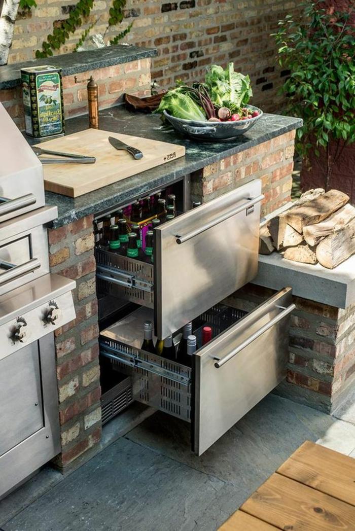 Outdoor Küche mit Aüszügen für kalte Getranke