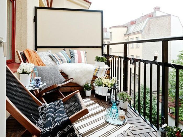 4schmalen-balkon-gestalten-holzboden-musterteppich-holzstühle-musterdecke-sichtschutz-musterkissen-pflanzen