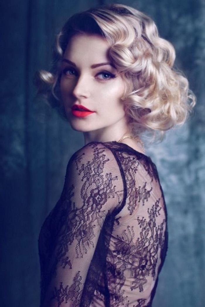 stilvolle dame mit schwarzem kleid mit spitze und kurzen lockigen haaren