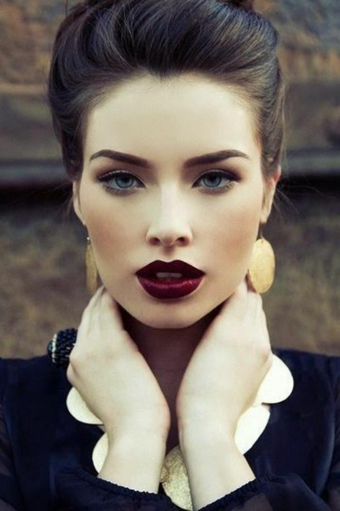 dame mit schwarzer bluse und goldener halskette