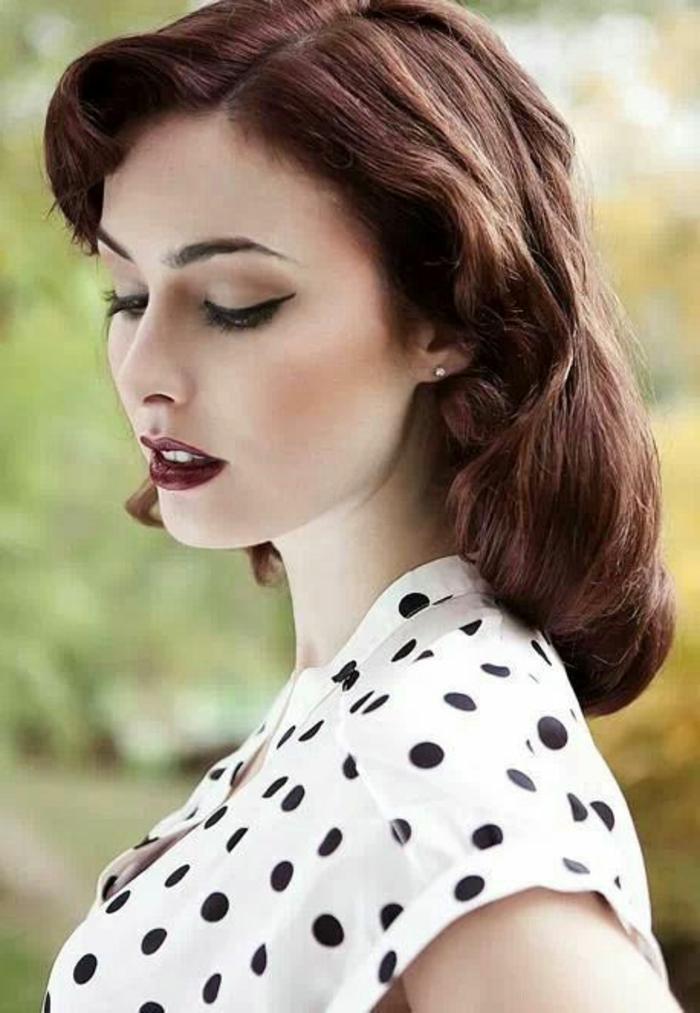 frau mit schönem make up und frisur im retro stil