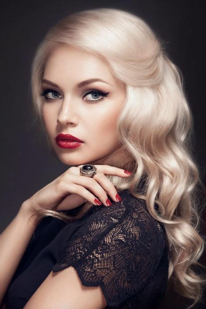 frau mit schwarzem kleid aus spitze und mittellangen blonden haaren