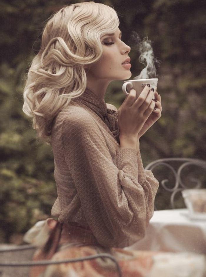 frau mit blonden haaren und braunem kleid