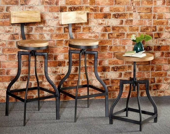 5industrial-möbel-vintage-hocker-holzsitz-metallbeine-stühle-sitzfläche-holz-metallbeine-backsteinwand-pflanze