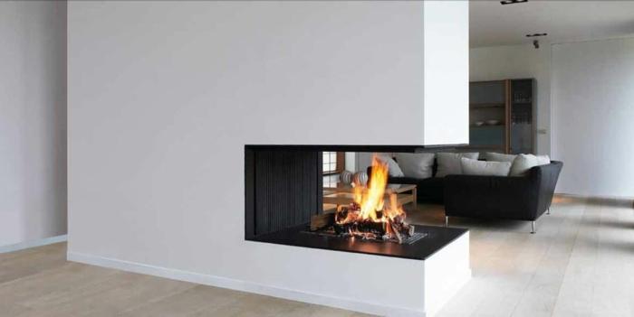 5offener-kamin-eckkamin-weiße-wand-laminatboden-schwarze-couch-graue-kissen-vitrine-indirektes-licht