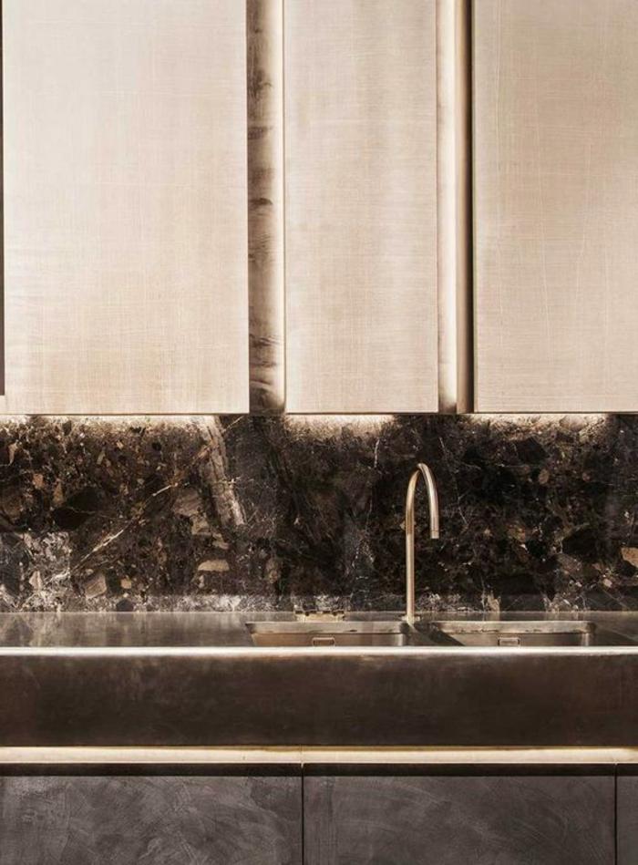 super stilvolle küche mit küchenrückwand aus schwarzem marmor
