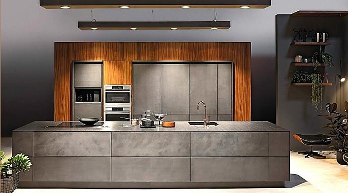 6küche-streichen-graue-tischplatte-graue-küchenfronten-holzwand-zwei-ofen-led-licht-pflanzendeko-weißer-boden