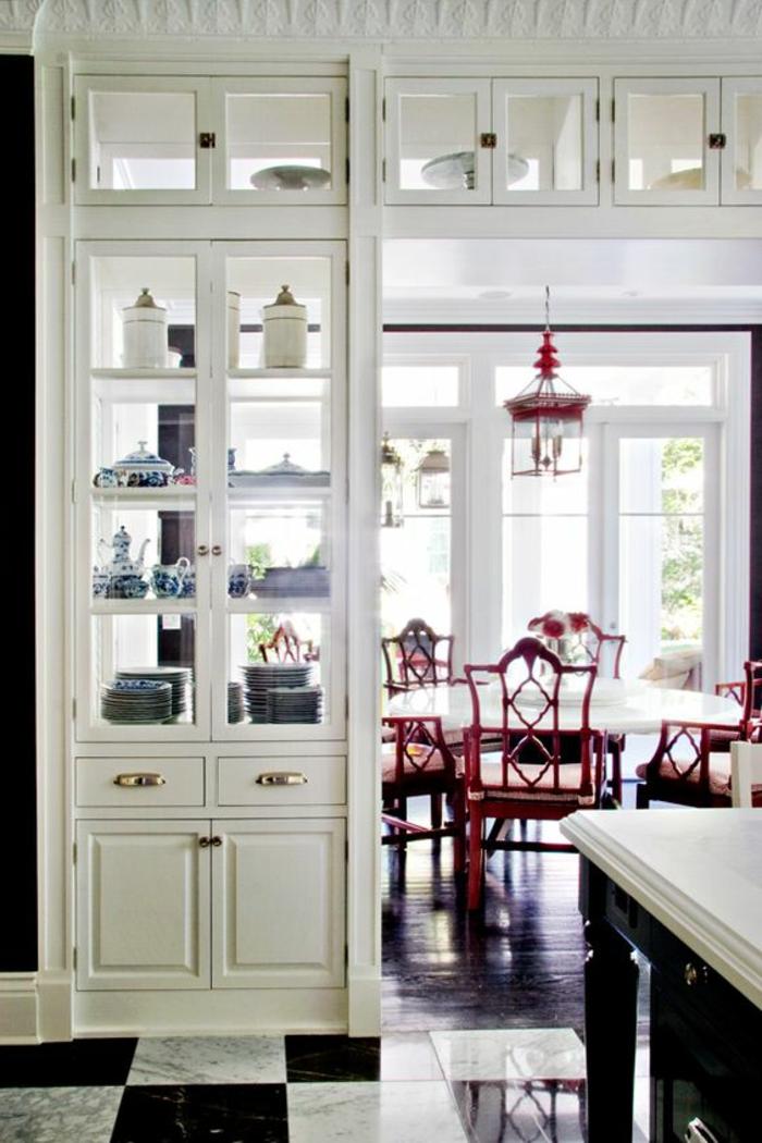 6offene-küche-trennen-integrierte-vitrine-regal-eingebaut-teller-geschirr-rote-stühle-retro-runder-esstisch