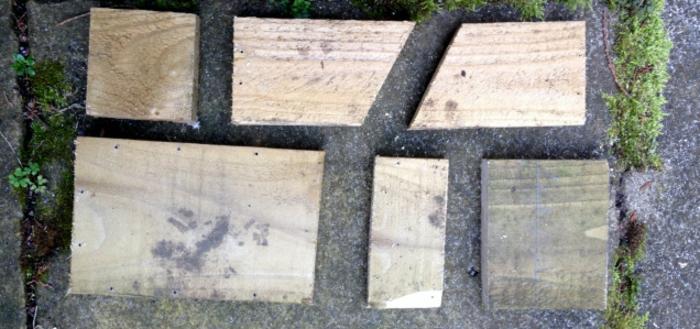Nistkasten bauen: Holzbrette schneiden und zusammen anpassen