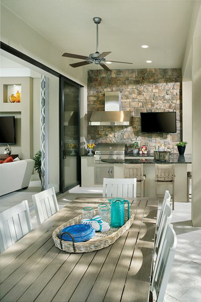 eine weiß eingerichtete Gartenküche im Landhausstil