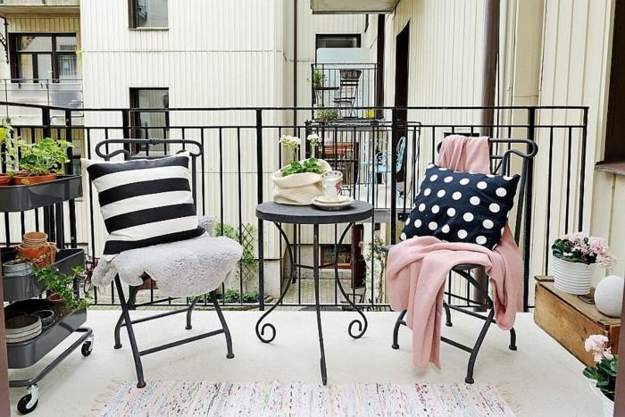 7schmalen-balkon-gestalten-metallstühle-metalltisch-rund-tischdeko-pflanzen-musterteppich-weiß-weißer-boden