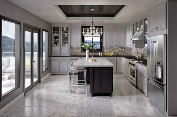 küchenschranktüren-grau-weiße-decke-marmorfliesen-küchenschranktüren-hellgrau-handgriff-kronleuchter-kristall