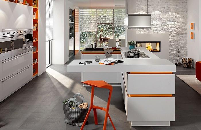 küchenfronten-weiß-weiße-tischplatte-orange-linien-oranger-stuhl-grauer-boden-feuerstelle-weiße-jalousie