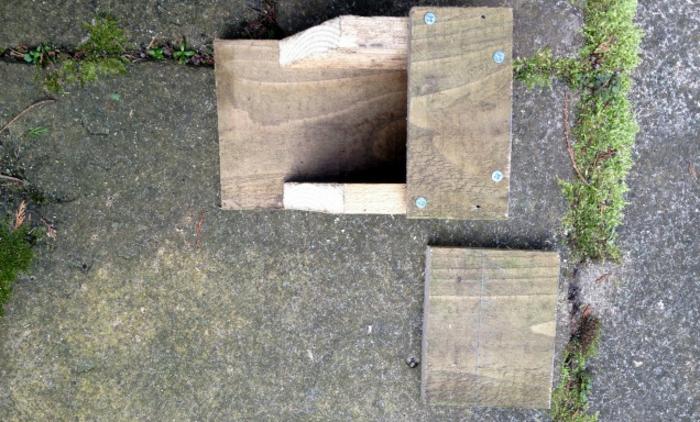 Holzhaus für Vögel: die Decke montieren