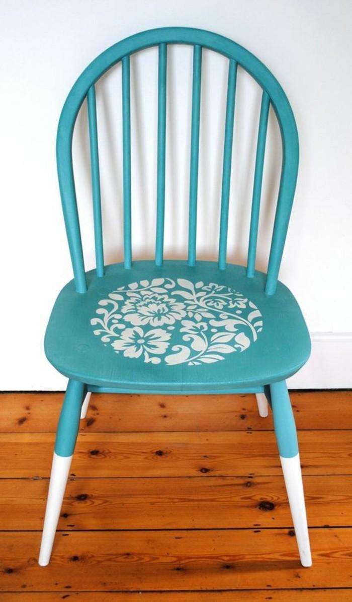 Alte-Möbel-aufpeppen-blauer-stuhl-mit-weißen-dekorationen-hölzerner-boden