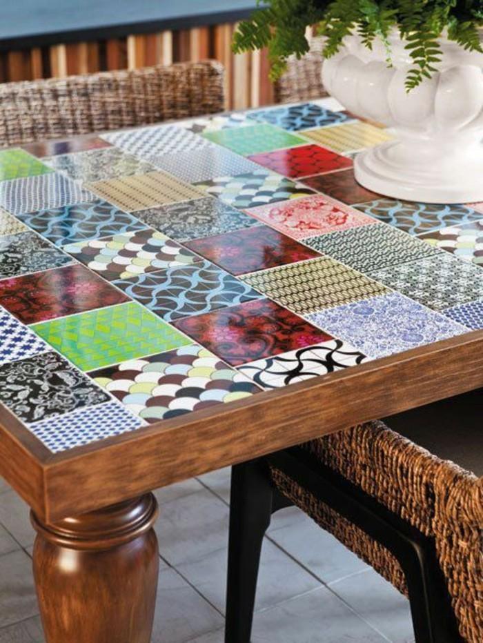 Alte-Möbel-aufpeppen-eckiger-tisch-renovieren-bunte-fliesen-vase-grüne-pflanze