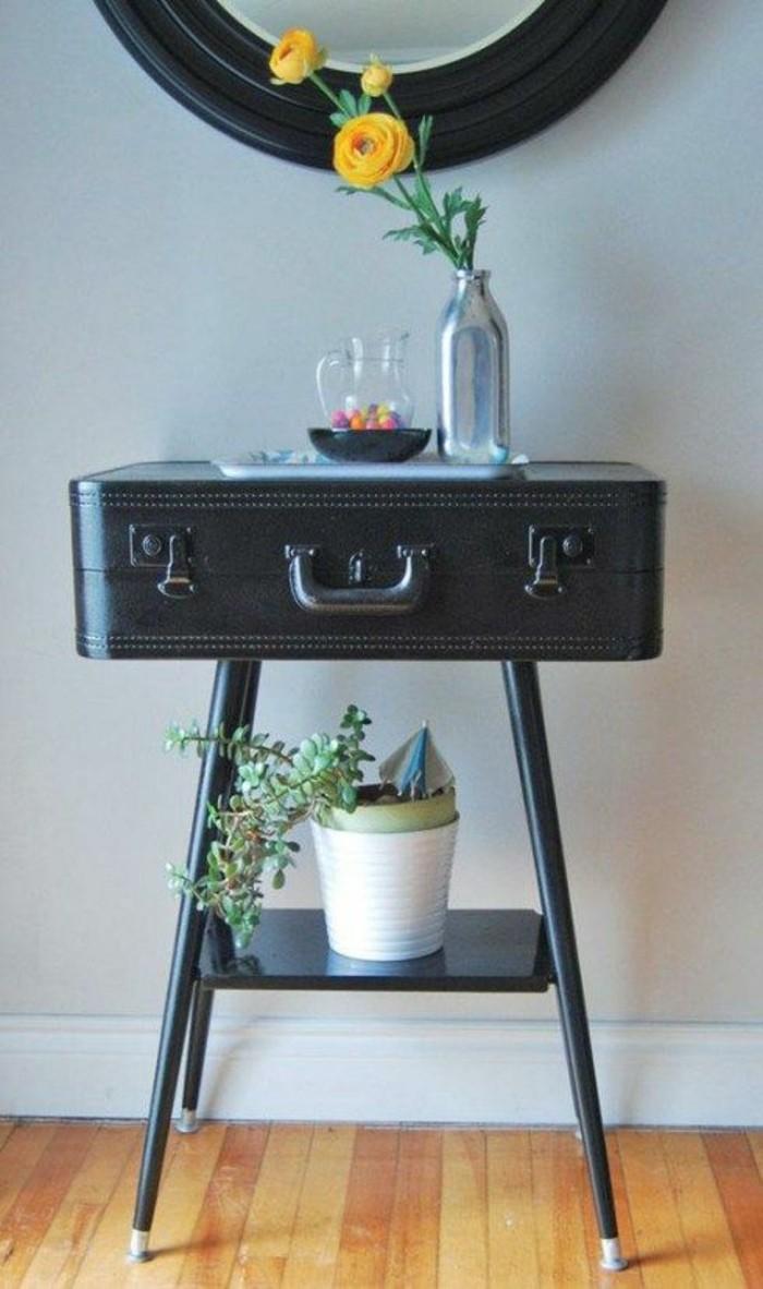 Alte-Möbel-aufpeppen-schwarzer-koffer-in-tisch-verwandeln-vase-gelbe-blumen-pflanze